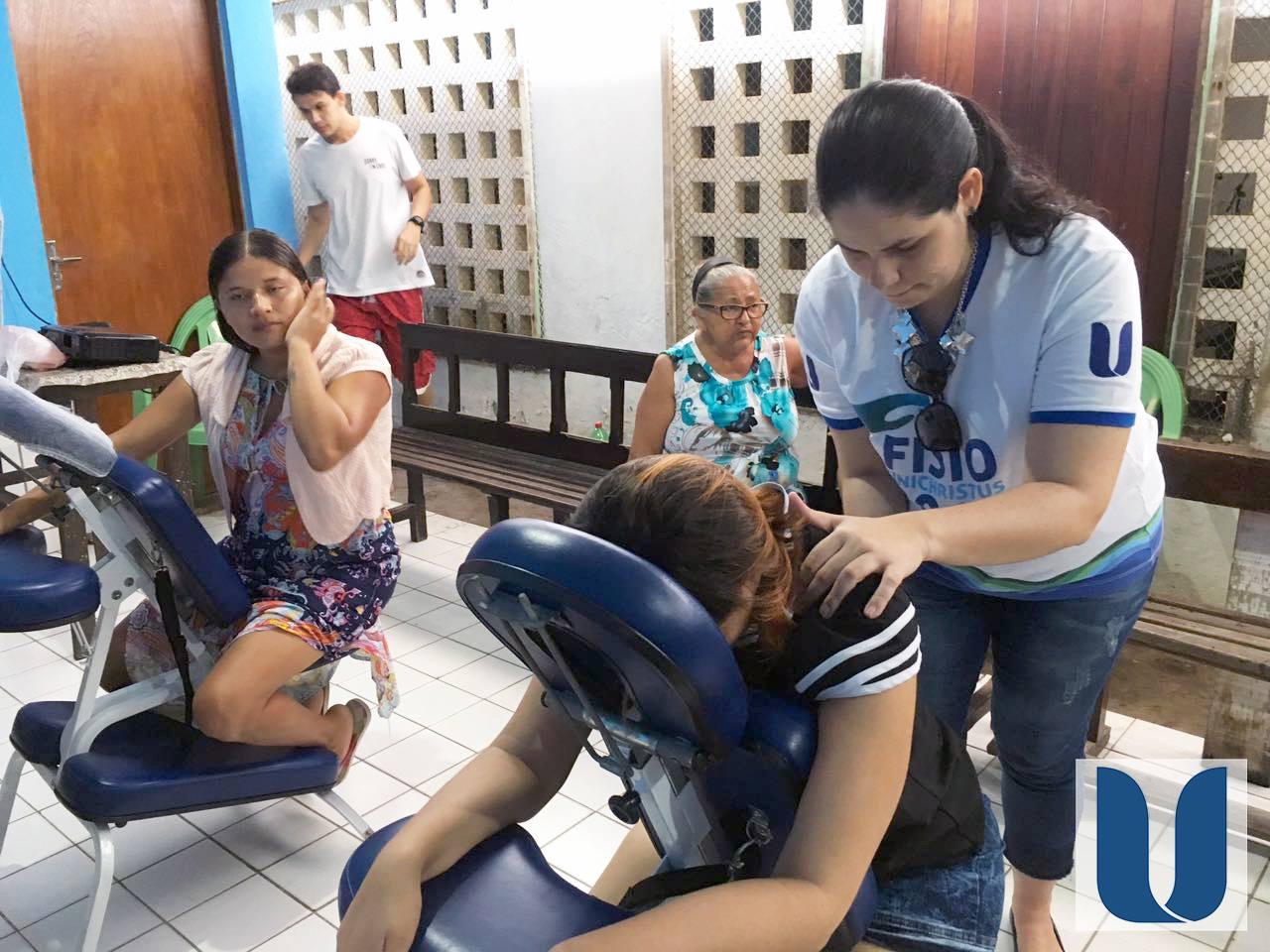 Os acadêmicos do curso de Fisioterapia da Unichristus, coordenados pela professora Mônica Cordeiro, realizaram uma ação em comemoração ao Dia das Mães