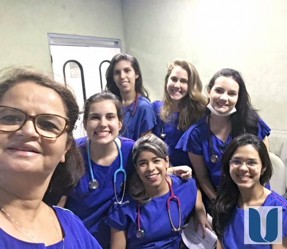 """As acadêmicas do Curso de Fisioterapia da Unichristus participaram do Projeto de Extensão """"Assistência Fisioterápica na Unidade de Terapia Intensiva Adulto"""", no Instituto Dr. José Frota."""