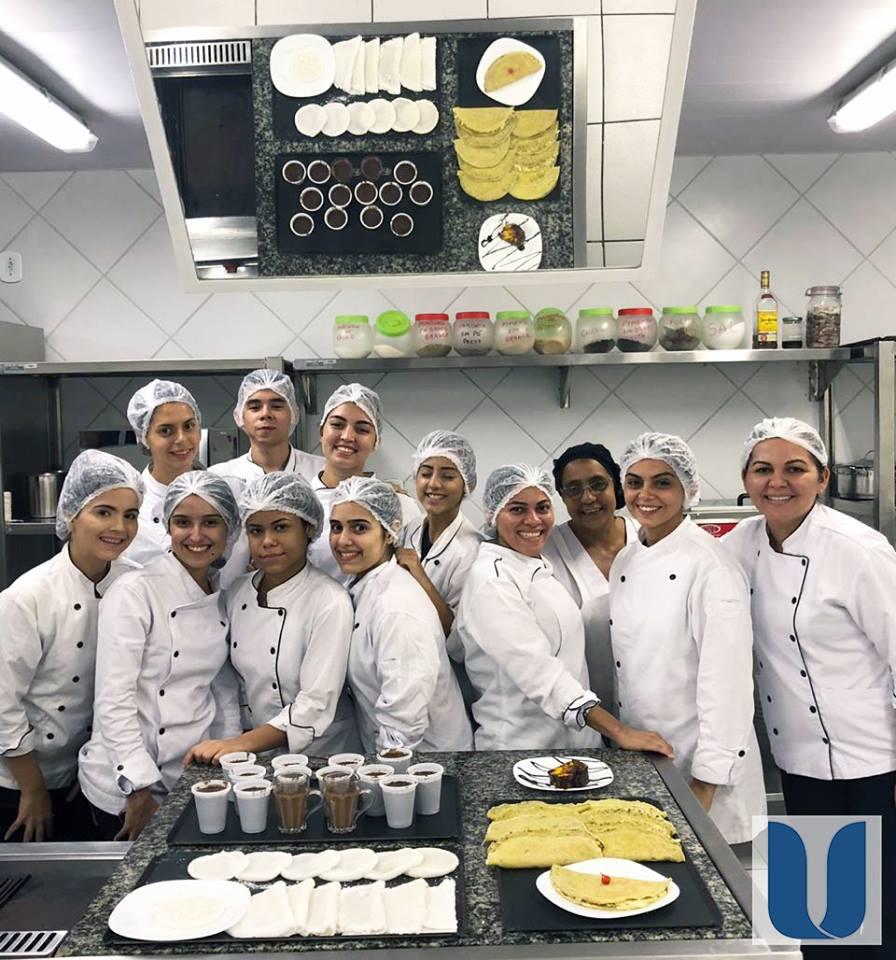 Os acadêmicos do 4º semestre do Curso de Nutrição da Unichristus tiveram uma aula prática da disciplina de Técnica Dietética