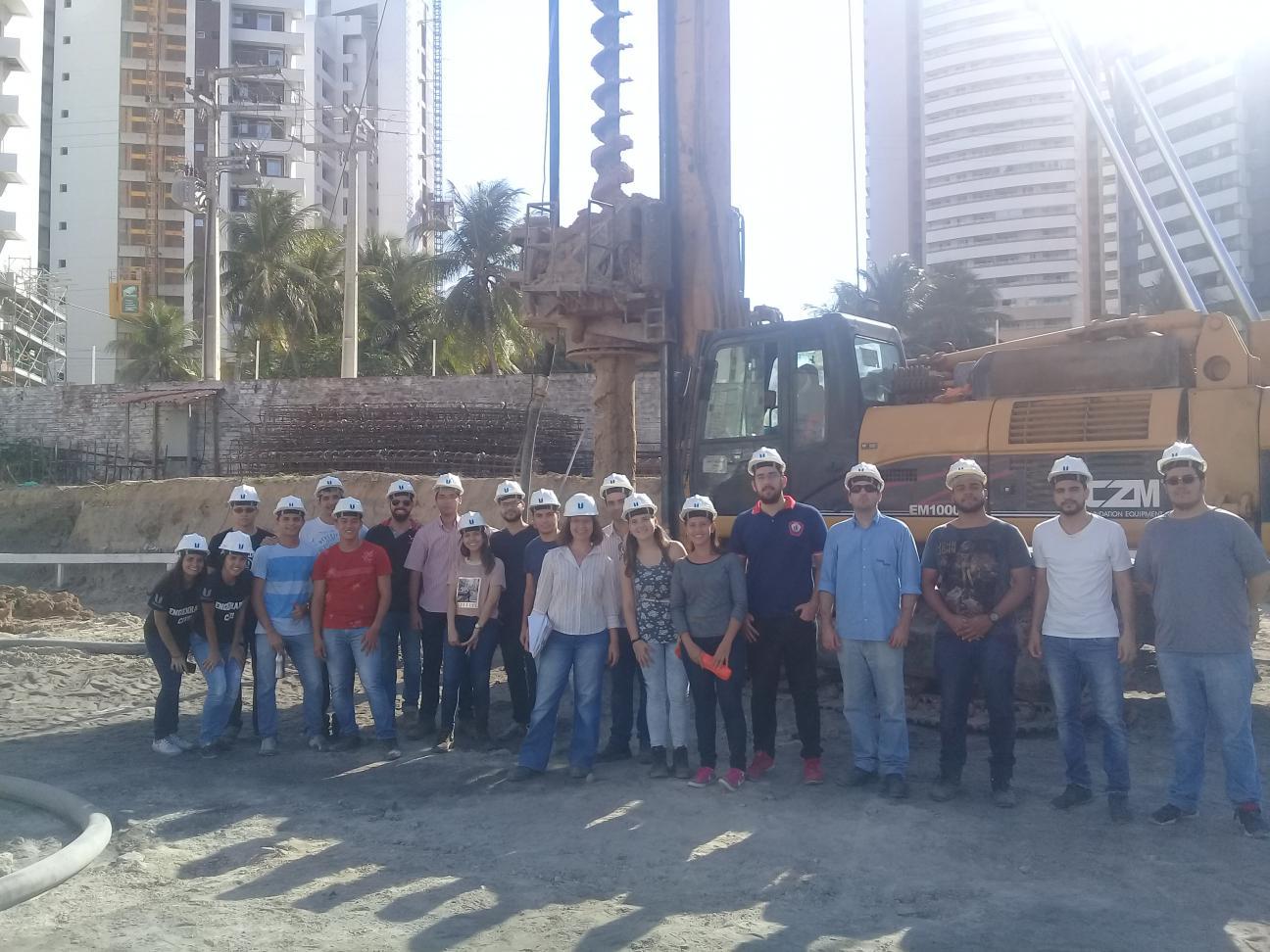 Alunos do Curso de Engenharia Civil da Unichristus visitaram a execução das fundações do Edifício Villa Gaudí no Parque Del Sol.