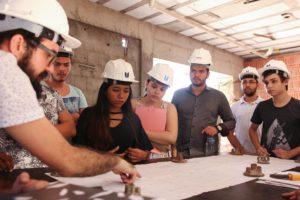 Alunos da Engenharia Civil acompanharam uma visita técnica a uma construção